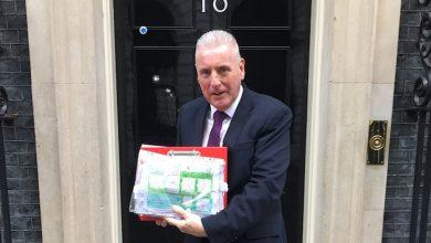 Photo of Vernon Coaker hands petition to Prime Minister from pupils at Carlton school