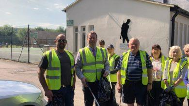 Photo of MP Mark Spencer cleans up as he joins litter pick in Woodborough