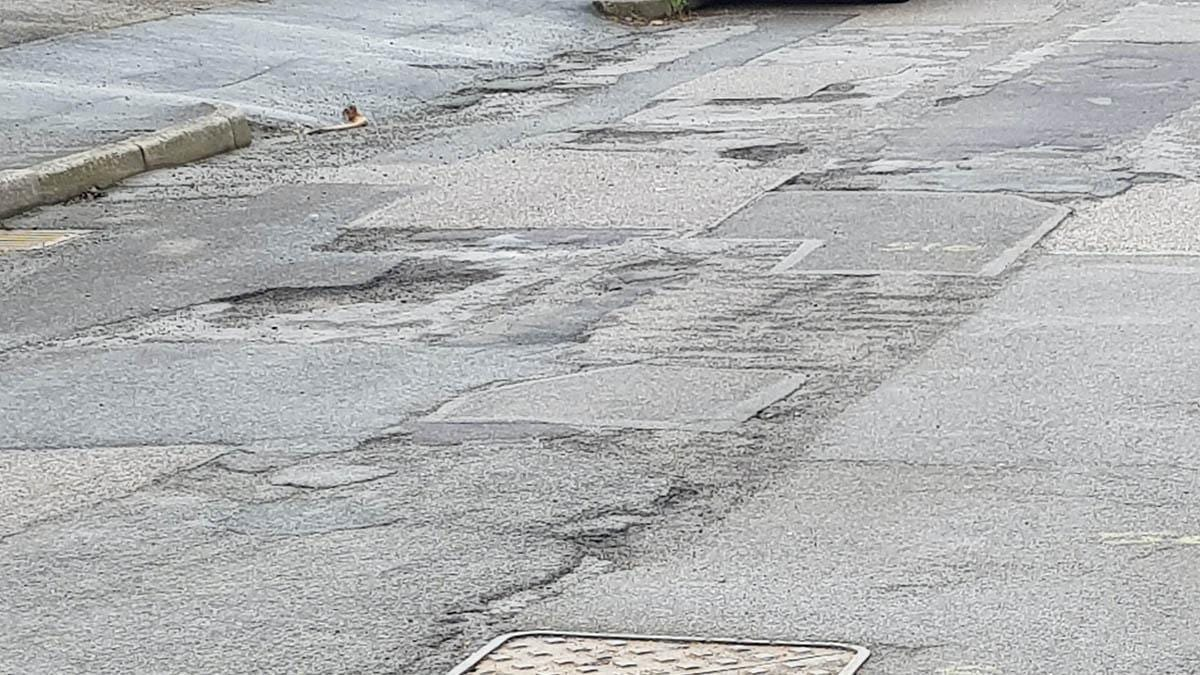 Pothole in Mays Close in Carlton
