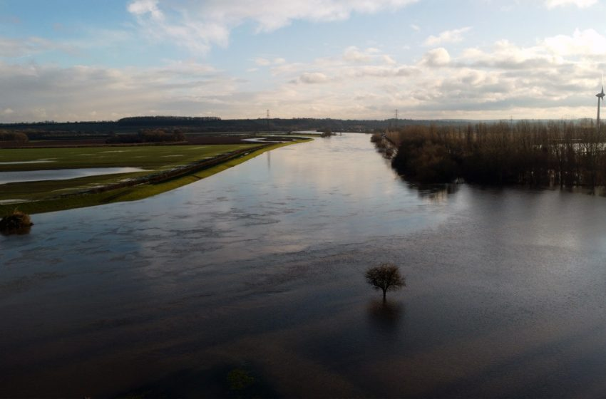 Police issue flooded river warning to parents after children are spotted near water's edge in Stoke Bardolph